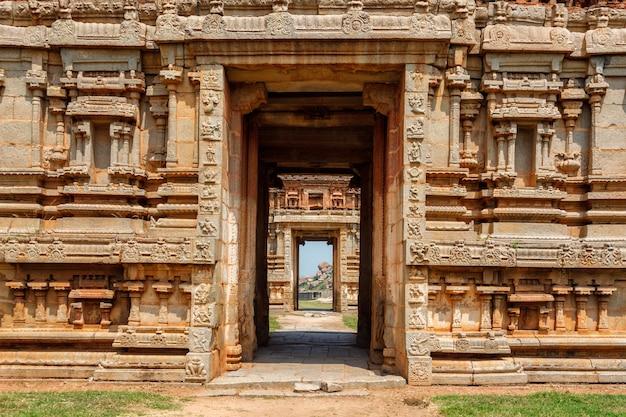 Portões em gopuram gopura - torre monumental, geralmente ornamentada, na entrada de qualquer templo hindu do sul da índia no templo achyutaraya. ruínas em hampi, karnataka, índia