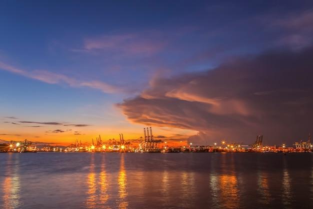 Portos marítimos à luz da manhã.
