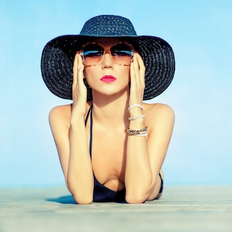 .portrait de uma mulher bonita em férias