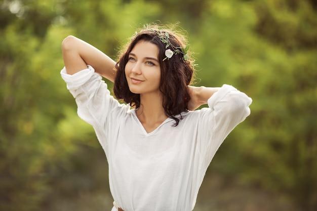Portret de mulher beleza na natureza