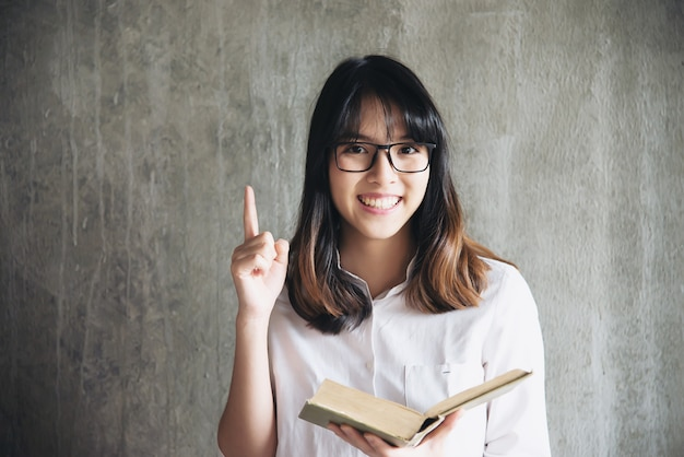 Portriat asiático bonito da jovem senhora - conceito feliz do estilo de vida da mulher
