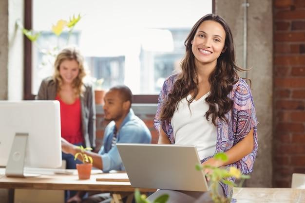 Portriat, empresária, usando, laptop, criativo, escritório