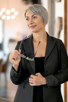 Portriat linda mulher de negócios permanente