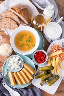 Pós-bióticos - metabólitos e componentes da parede celular de probióticos, alimentos funcionais. tempeh, kombuchá, chucrute, picles, kefir, iogurte, sopa de missô, queijo macio, pão de massa fermentada Foto Premium