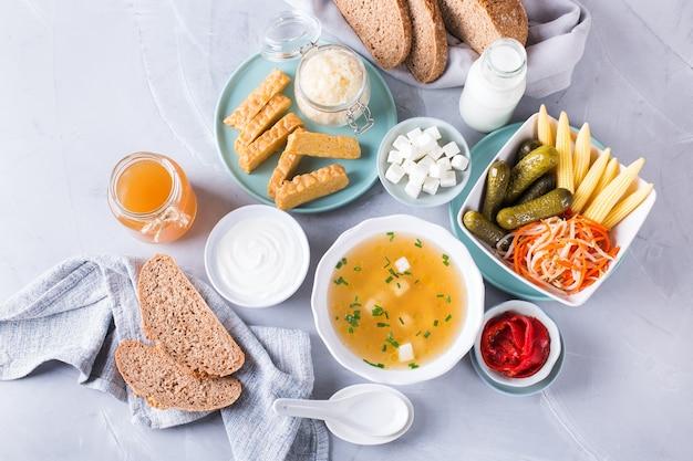 Pós-bióticos - metabólitos e componentes da parede celular de probióticos, alimentos funcionais. tempeh, kombuchá, chucrute, picles, kefir, iogurte, sopa de missô, queijo macio, pão de massa fermentada