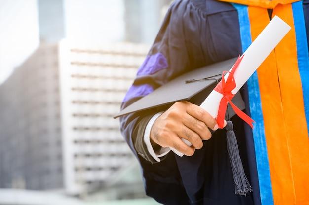 Pós-graduação feliz segurando o conceito de educação de diploma.