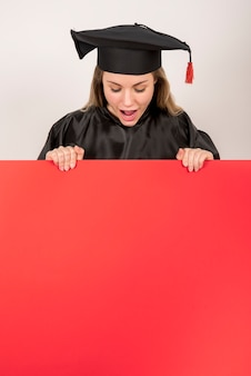 Pós-graduação garota segurando o cartaz vermelho mock-up
