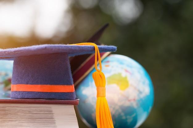 Pós-graduação ou educação conhecimento aprendendo no exterior conceito: graduação cap no livro