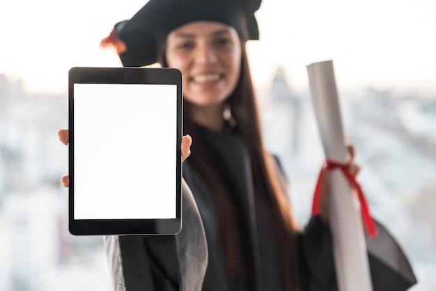 Pós-graduação segurando tablet mock-up