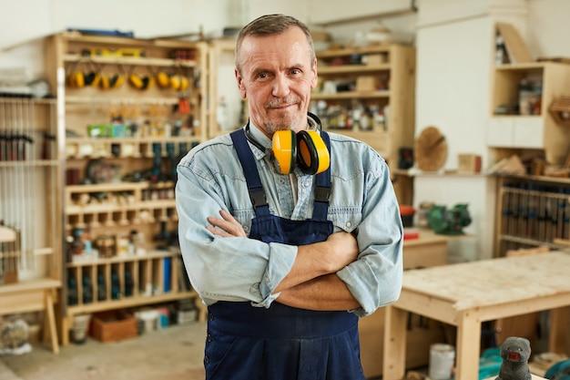 Posando de carpinteiro sênior