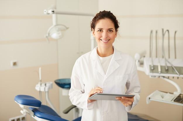 Posando de dentista feminino
