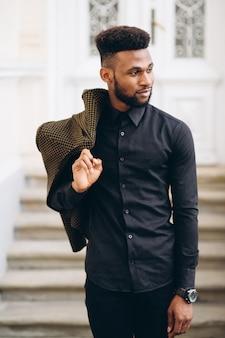 Posando de homem de negócios americano africano