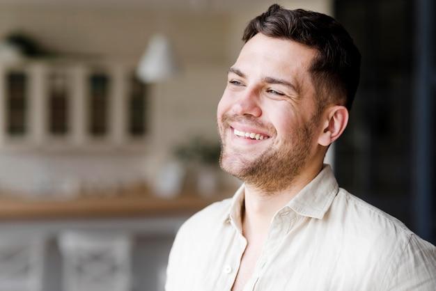 Posando de homem sorridente close-up