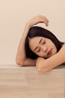 Posando de modelo expressivo de mulher asiática
