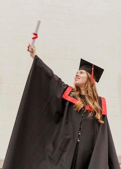 Pose da estátua da liberdade na graduação