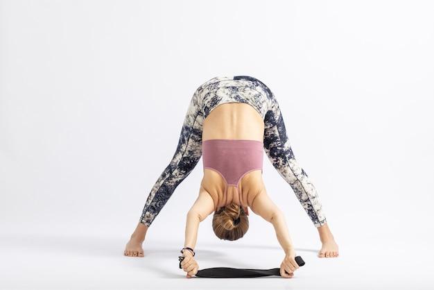 Pose de ioga com ajuda de corda