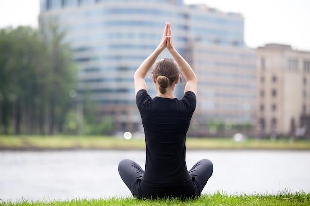 Pose de ioga fácil na rua