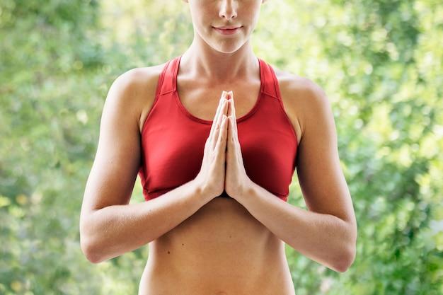 Pose de ioga namaste com mulher, closeup, para campanha de saúde e bem-estar