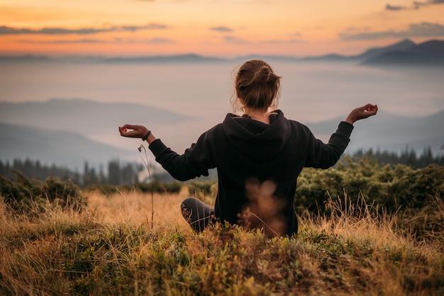 Pose de ioga nas montanhas. fechar-se