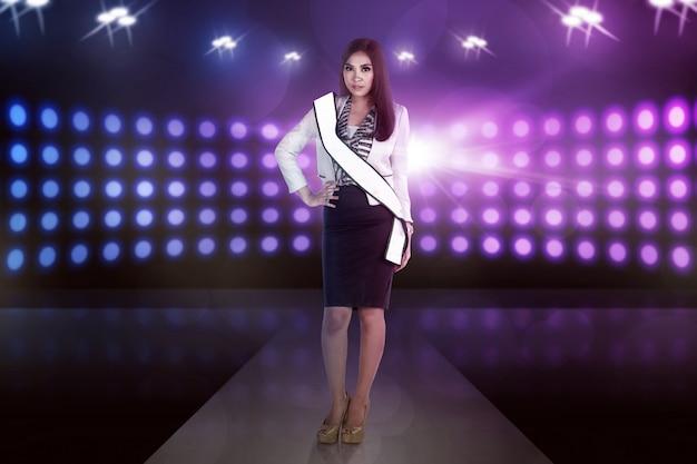 Pose de mulher asiática modelo de beleza