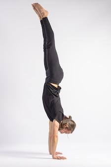 Pose de parada de mão. postura de yoga (asana)