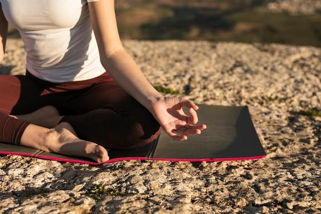 Pose geral da ioga do close-up na esteira