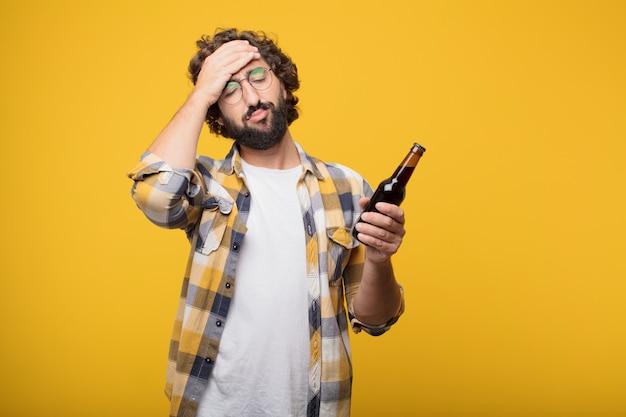 Pose louca louca nova do tolo do homem com uma garrafa de cerveja.