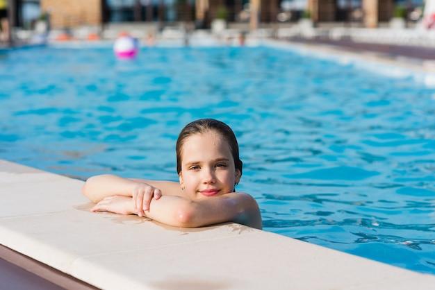 Poses de adolescente na piscina