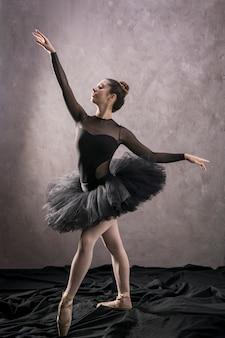 Posição confiante de bailarina de tiro completo