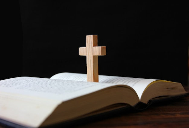 Posição cruzada no livro isolado em fundo preto