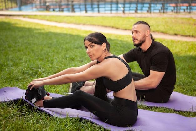 Posição de alongamento de ioga com jovens amigos