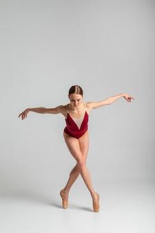 Posição de bailarina em full shot