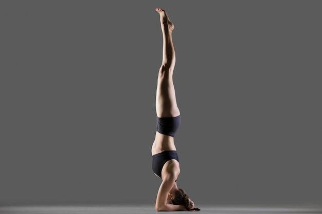Posição de yoga suportada de headstand