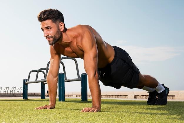 Posição em pé pronta para exercícios de flexões