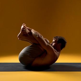Posição homem, em, cabeça, para, joelho, pose
