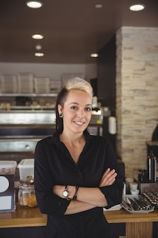 Posição mulher, com, braços cruzaram, em, cozinha