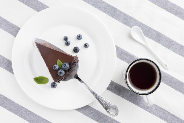 Posição plana da fatia de bolo de chocolate no prato