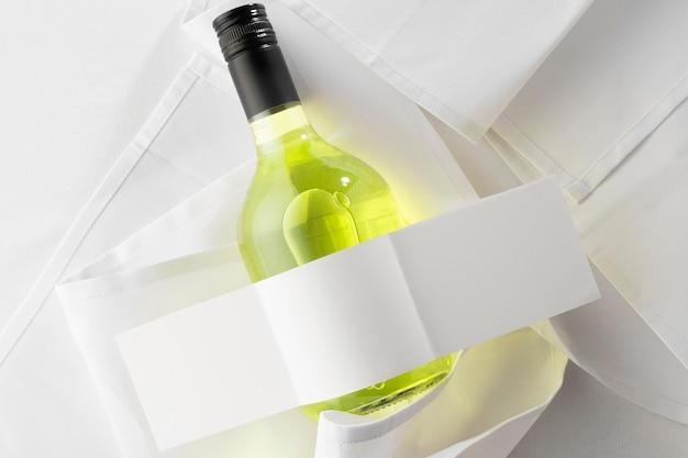 Posição plana da garrafa de vinho transparente com rótulo em branco