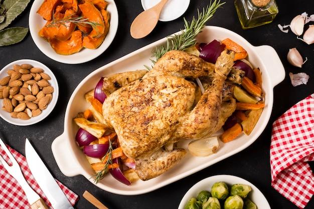 Posição plana da mesa de ação de graças com prato de frango assado