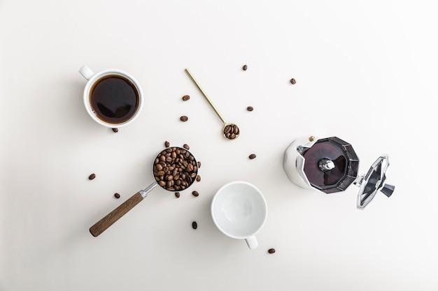 Posição plana da xícara de café com chaleira e caneca vazia