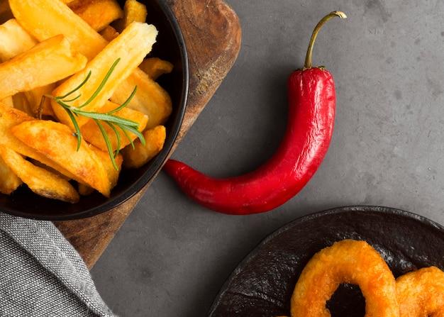 Posição plana de batatas fritas com pimenta