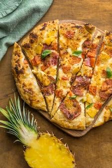 Posição plana de deliciosa pizza de abacaxi assada