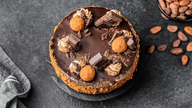 Posição plana de delicioso bolo de chocolate no suporte
