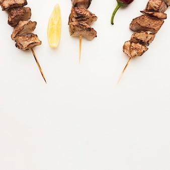 Posição plana de delicioso kebab com limão e espaço de cópia