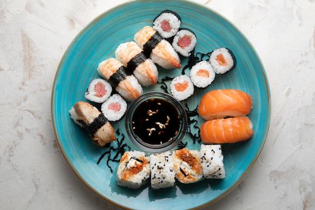Posição plana de delicioso sushi com espaço de cópia