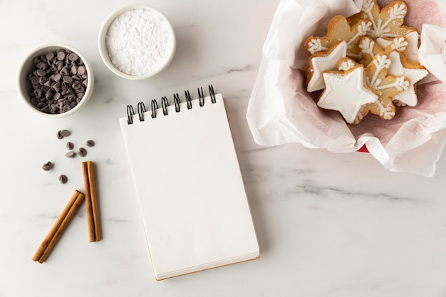 Posição plana de deliciosos biscoitos com espaço de cópia