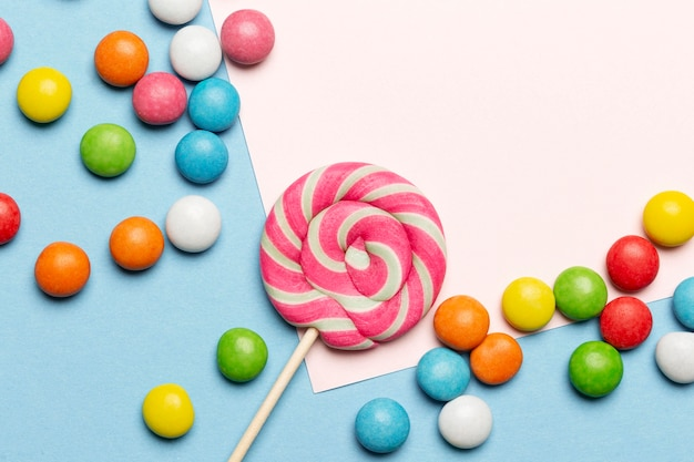 Posição plana de deliciosos doces coloridos