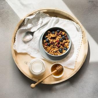 Posição plana de deliciosos muesli na tigela