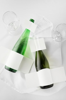Posição plana de garrafas de vinho transparentes com rótulos em branco