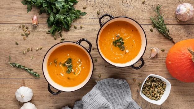 Posição plana de ingredientes alimentares com sopa de abóbora
